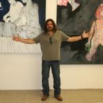 Leszek Wojaczek před svými obrazy v galerii MGM